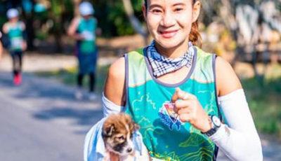 Maratona con cucciolo: la storia di Khemjira e Chombueng